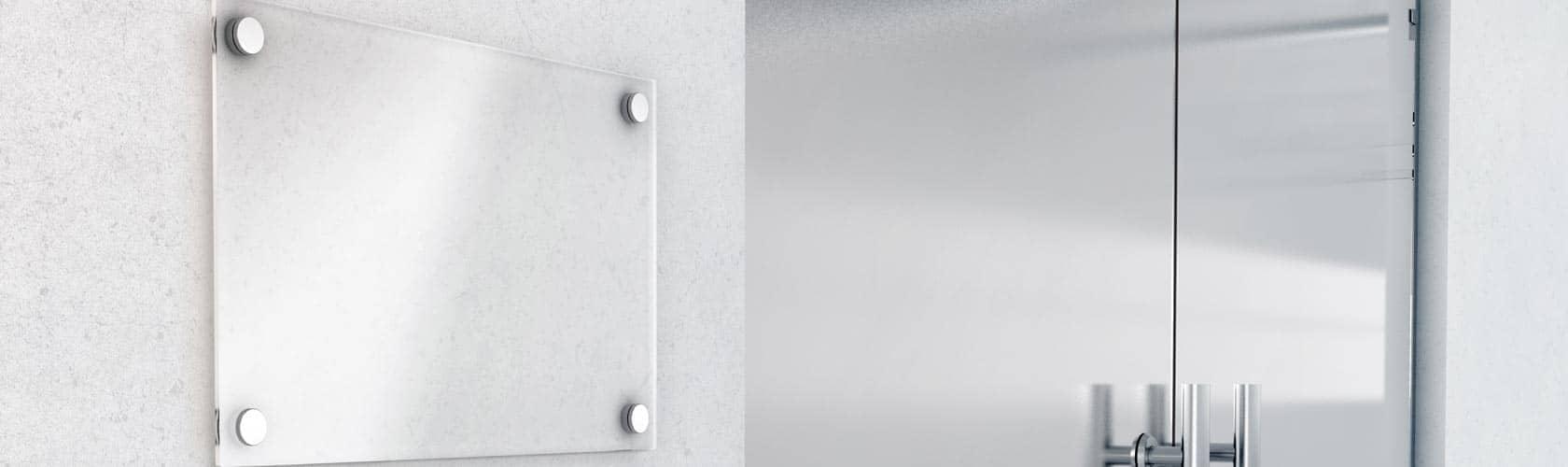 Firmeneingang mit graviertem Firmenschild 4-farbig