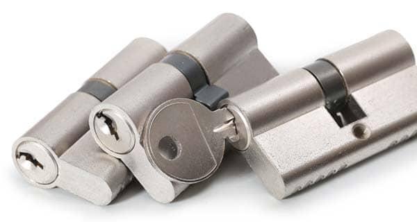 Drei Zylinderschlösser mit Sicherheitsschlüssel