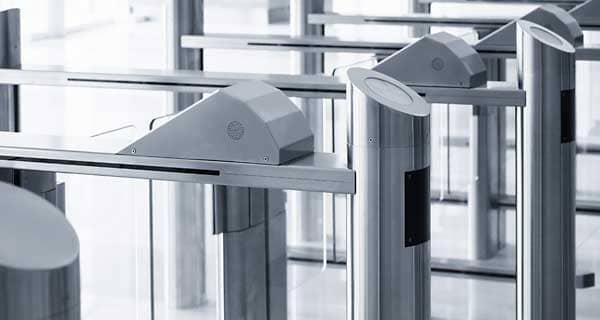 Zutrittskontrollsystem mit Durchgangsschranken in Bürogebäude